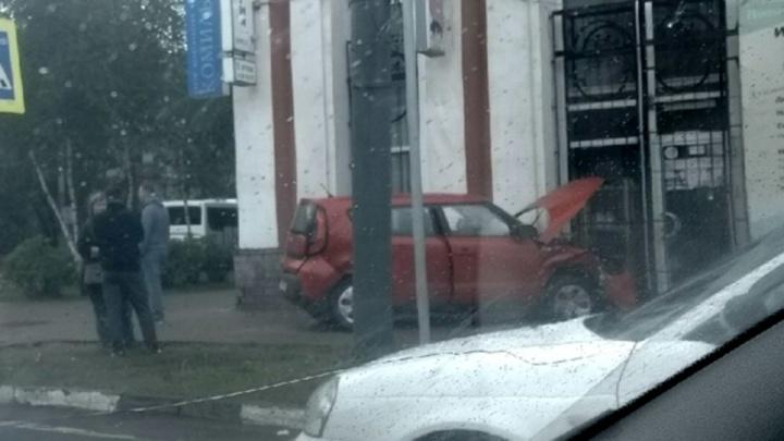 «Машина улетела в торговый центр»: очевидцы рассказали о ДТП в центре Ярославля