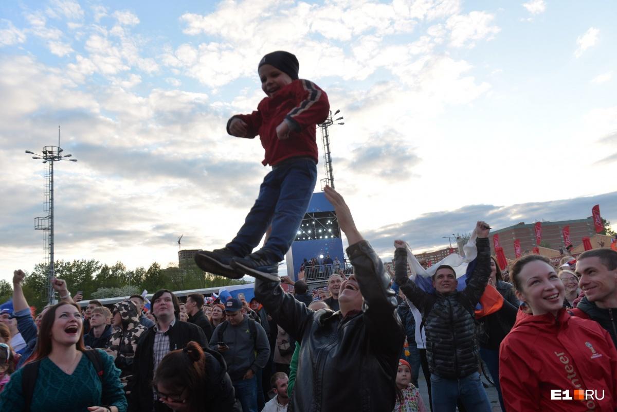 Екатеринбург болеет! Ищите себя в большом фоторепортаже E1.RU с фан-зоны и баров