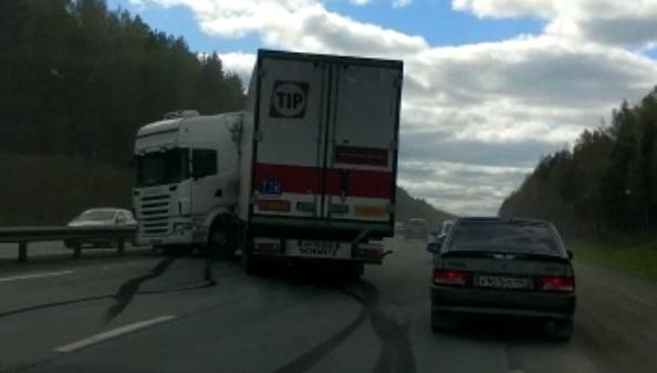 Машины объезжают по обочине: на Новомосковском тракте фура влетела в ограждение и перекрыла полосу