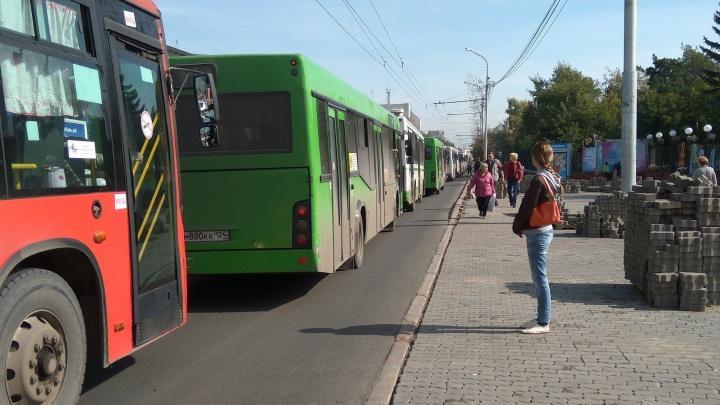 «Автобусы просто стоят»: огромная пробка парализовала движение на Маркса