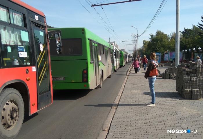 По словам очевидцев, автобусы в пробке не двигаются вообще