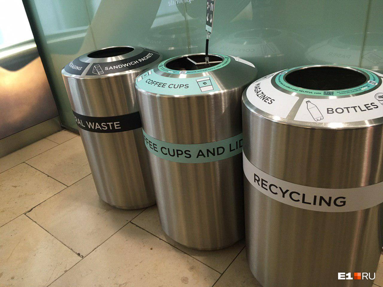 Так выглядят уличные контейнеры для раздельного сбора мусора в районе Canary Wharf в Лондоне.