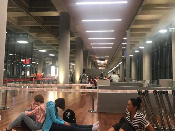 Многим пришлось несколько часов ждать вылета, сидя на полу