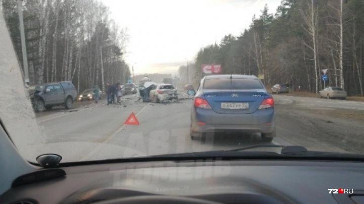ДТП на Ялуторовском тракте: пострадавшую девушку срочно везут в больницу