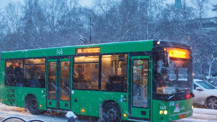 Пассажирка тюменского автобуса, которую зажало в дверях, отсудила у перевозчика 50 тысяч рублей
