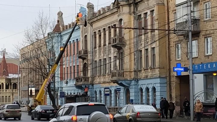 Здание красноярского почтамта перекрашивают в небесно-голубой цвет