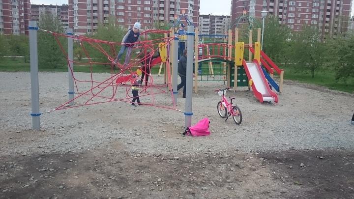 Жители Ботаники попросили администрацию разобраться с детской площадкой, которую отсыпали щебнем
