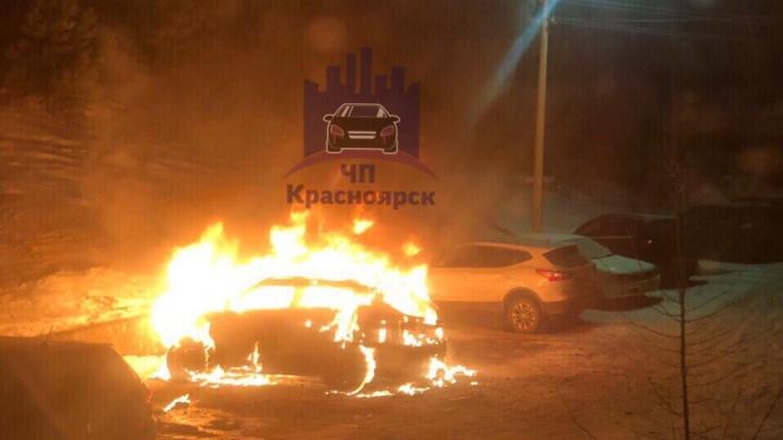 Внедорожник сгорел дотла ночью на парковке в Академгородке