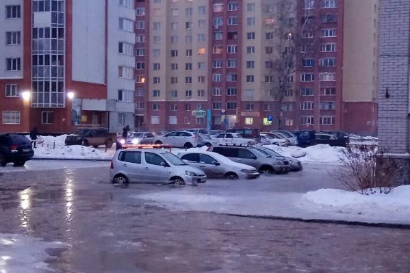 Сегодня утром несколько машин вмёрзли в лёд