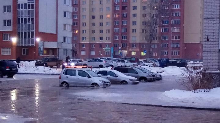 Машины вмёрзли: дворы в Бердске затопило из-за коммунальной аварии