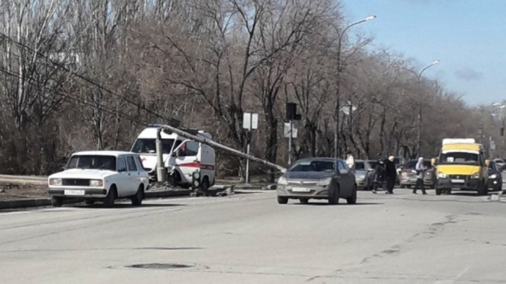 «Пострадали водитель и фельдшер»: в Волжском скорая помощь врезалась в столб после ДТП с легковушкой