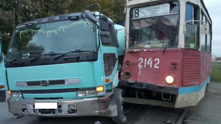Бетономешалка и трамвай не поделили перекрёсток на Троллейной