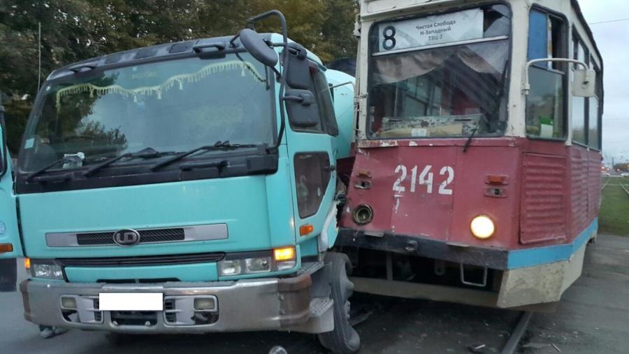 ВНовосибирске вавтоаварии столкнулись трамвай ибетономешалка