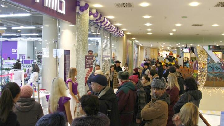 Толпа новосибирцев выстроилась к новому магазину уценённой брендовой одежды