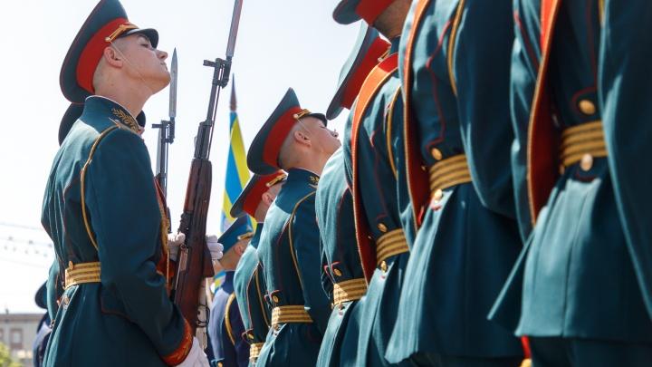 «Улыбайтесь, чтобы вся площадь видела»: в центре Волгограда в последний раз прогнали парад Победы