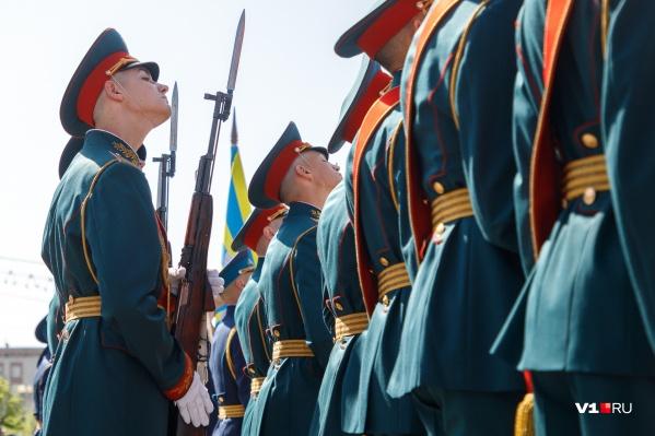 За два дня до парада военным предстоит отгладить форму и начистить сапоги