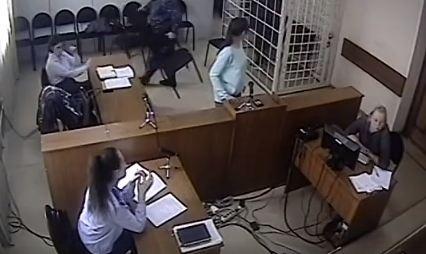 Подсудимый кинул в следователя стул во время суда и снова попал под следствие