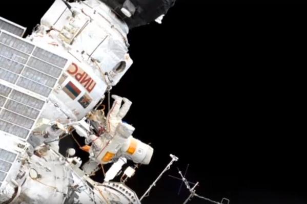 Космонавты пробыли в открытом космосе 6 часов и 1 минуту