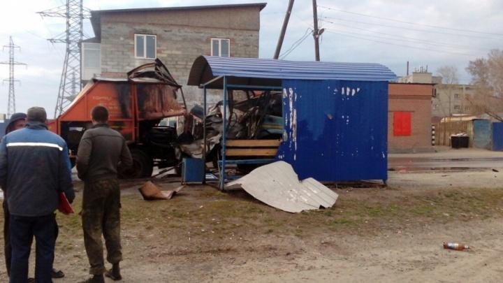 В Кургане мусоровоз врезался в остановку и взорвался