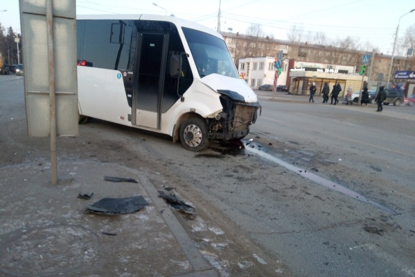 В момент удара в салоне микроавтобуса находилось четверо пассажиров
