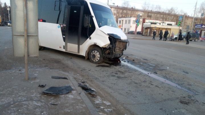 На 21-й Амурской легковушка столкнулась с микроавтобусом — пострадали оба водителя