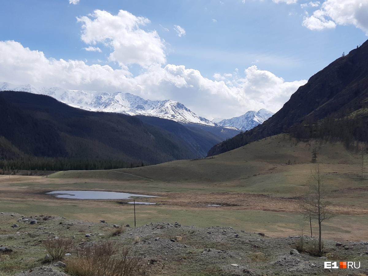После озера подъехали немного ближе к леднику. Отсюда примерно 150 км — и граница с Монголией. Мы поехали обратно