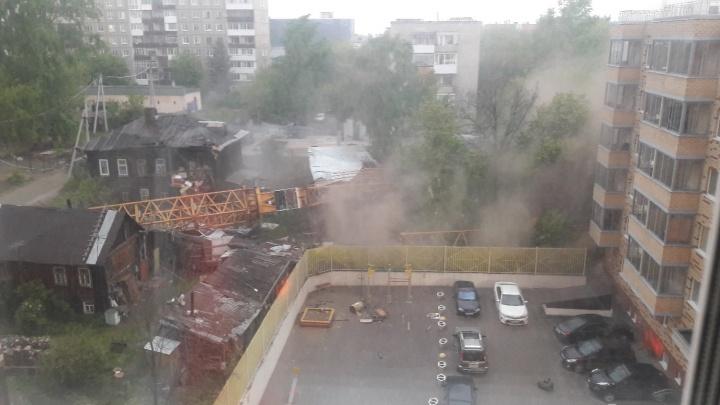В центре Перми во время шторма строительный кран упал на стоящие рядом дома