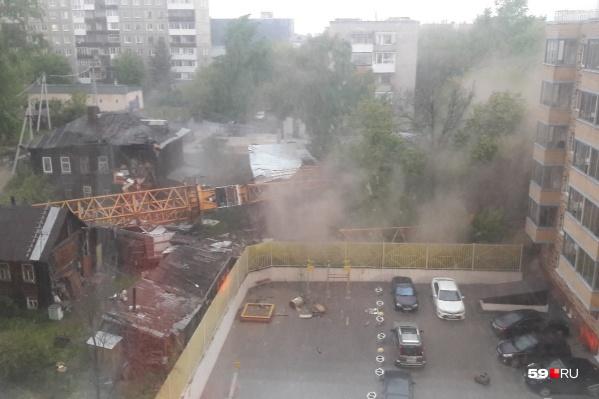 Стрела при падении зацепила несколько деревянных домов