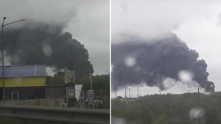 Очевидцы сфотографировали дым от пожара в районе Промышленной. В МЧС говорят, что это учения