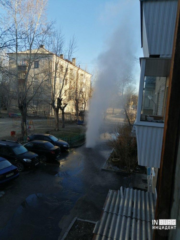 Горячий источник под балконом: во дворе на Химмаше забил коммунальный фонтан