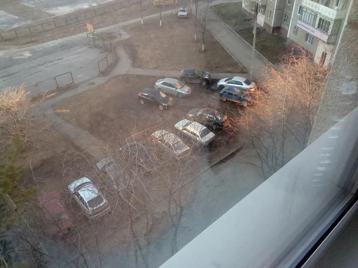 Вот снимок в другой день. Автор рассказал нам следующее:<br>— Писали в администрацию Курчатовского района, в полицию, в управляющую компанию — ответ один: следов парковки не обнаружено! Самое интересное, что в основном паркуются жители соседних домов, так как у них все газоны огорожены должным образом<br>