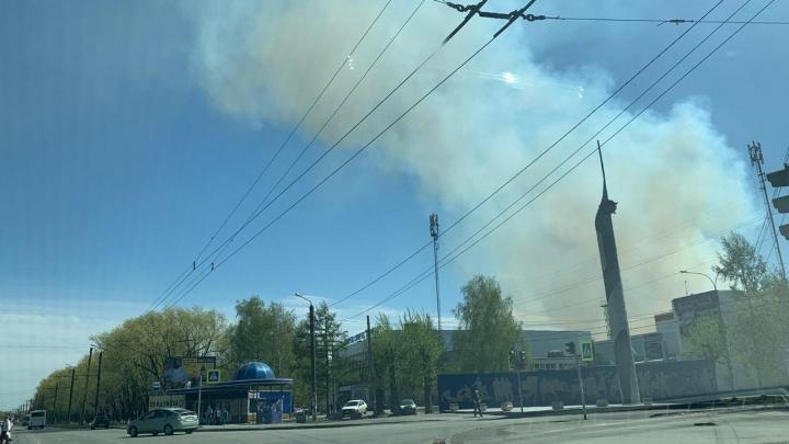 «Всё заволокло дымом»: в Челябинске загорелся полигон оборонного завода