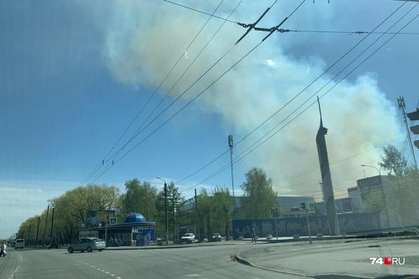 В полдень Ленинский район заволокло дымом от природных пожаров