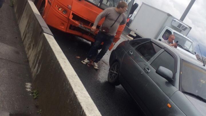 На Молитовском мосту маршрутка собрала три автомобиля. Есть пострадавшие
