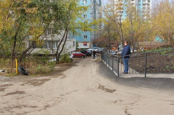 Путь к Ново-Садовой водители проложили прямо между домов
