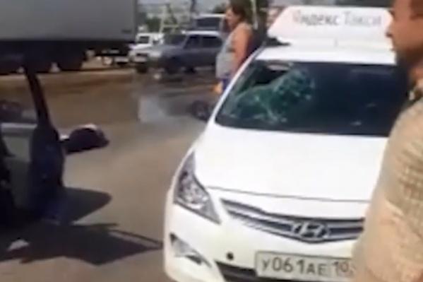 От удара у машины разбилось стекло