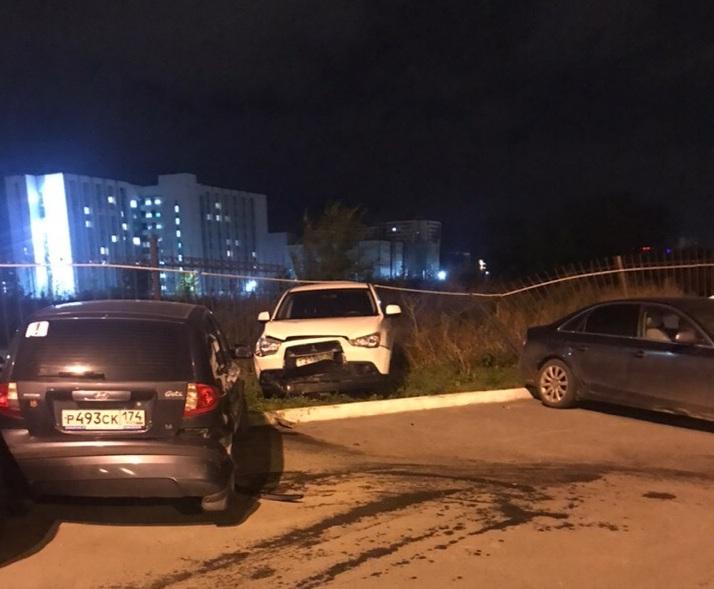 После удара Mitsubishi вылетел на газон и снёс забор