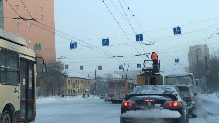 Застряли на час: в центре Челябинска встали троллейбусы