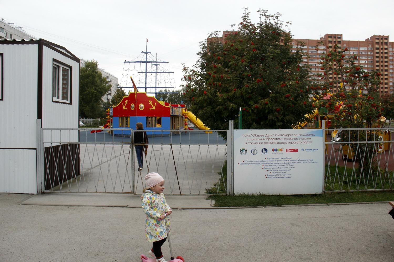 После того как были закончены подготовительные работы, ворота комплекса заперли до прибытия чиновников