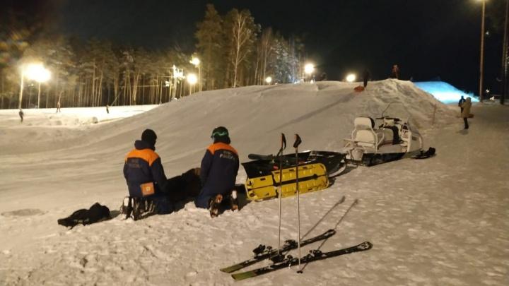 На Уктусе спасатели пришли на помощь сноубордисту, который упал и повредил колено