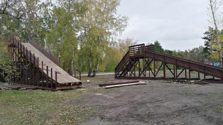 Пятиметровая горка, мостик и световой туннель: в парке 30-летия ВЛКСМ начали строить зимний городок