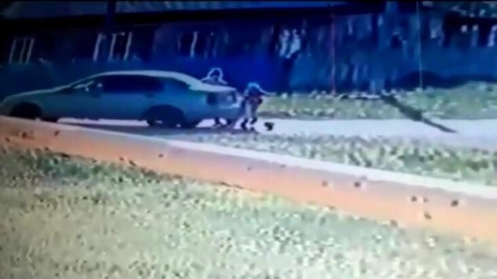 Под колесами остались трое детей: на видео попало, как женщина едва не лишила жизни ребятишек