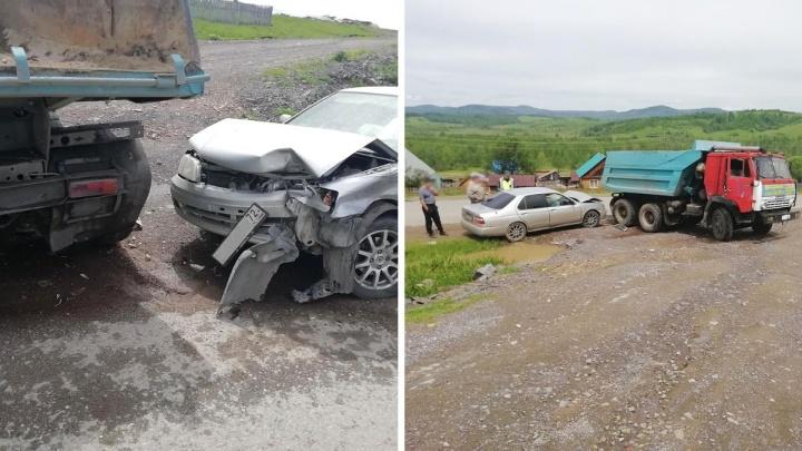 Машина с тюменскими номерами столкнулась с КАМАЗом на трассе в Алтайском крае. Пострадал ребенок