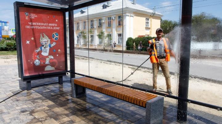 В центре Волгограда отмыли все грязные и пыльные остановки