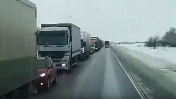 В Волгоградской области из-за ДТП застряли в пробке сотни дальнобойщиков