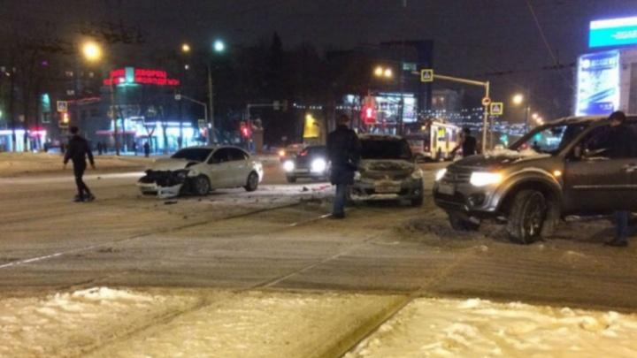 Машины закружило на дороге: появилось видео ДТП на трамвайных путях в Ярославле
