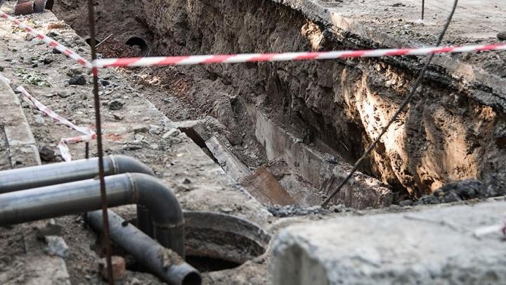 Все в объезд: рядом с Ленинским рынком провалилась дорога