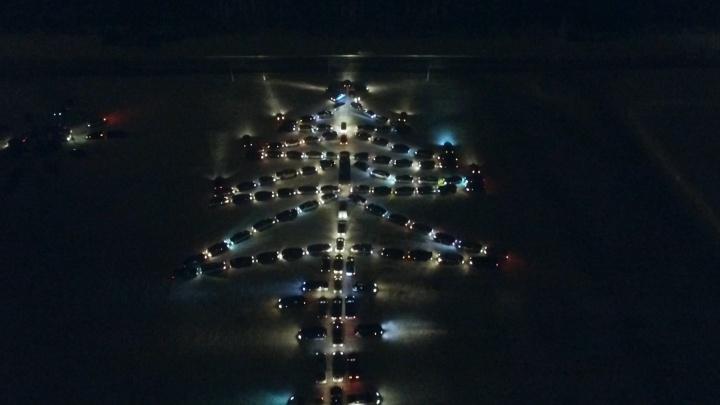 В Екатеринбурге из сотни машин выстроили гигантскую автоёлку