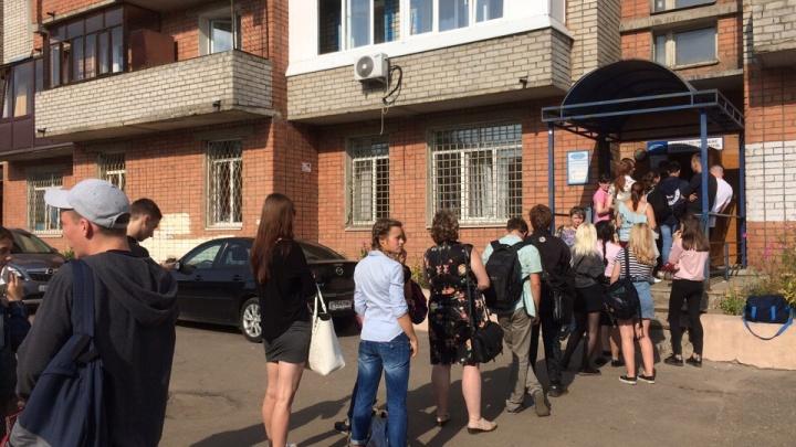 Назад в нулевые: в Ярославле выстроилась гигантская очередь за проездными