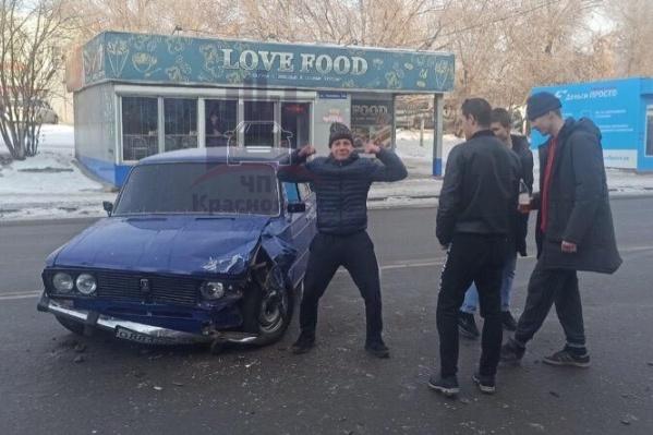 Подростки устроили фотосессию на фоне разбитого автомобиля